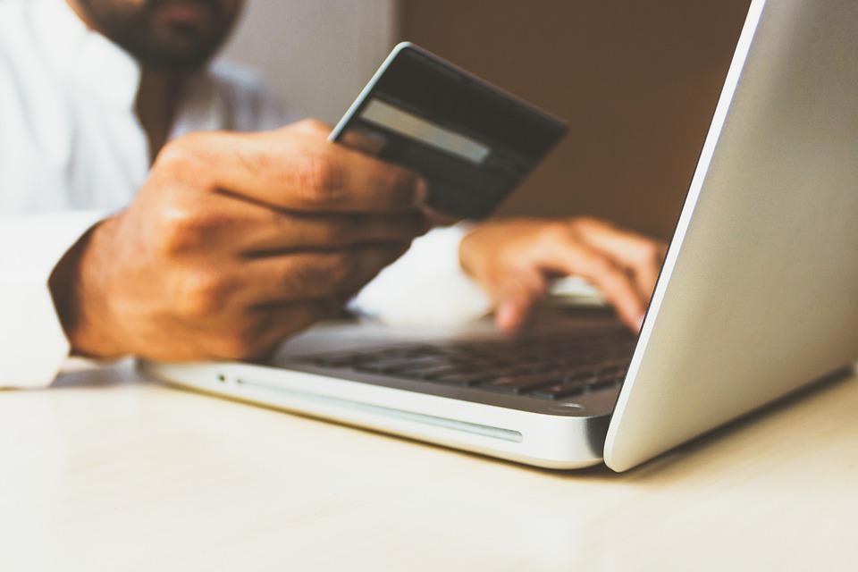 Platit hotově je pasé. Vedou platby kartou